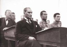 Atatürk, Harbiye Mektebi'nde öğrencilerle aynı sıralarda oturup dersi dinliyor. 1927