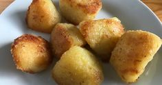 Perfect roast potatoes with semolina seasoning, fluffed on the outside and covered with a luxurious crispy coating of semolina, salt and pepper seasoning. Perfect Roast Potatoes, Xmas Food, Dishes, Vegetables, Xmas Recipes, Ethnic Recipes, Tablewares, Vegetable Recipes, Dish