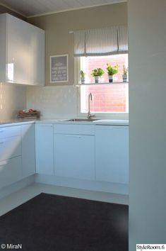 keittiö,ikkunalauta,valkoinen keittiö,yrtit Kitchen Cabinets, Kitchens, Decoration, Home Decor, Decor, Decoration Home, Room Decor, Cabinets, Kitchen