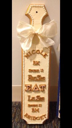 fraternity sorority paddles plaques Bigger is better! This little giant allows for more room for designing your paddle any way you want! This paddle makes a nice addition to your group's house! Phi Chi Theta, Alpha Delta Kappa, Phi Sigma Sigma, Phi Mu, Kappa Delta, Sorority Paddles, Sorority Crafts, Greek Paddles, Big Little Paddles