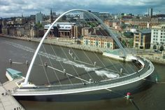 El Puente del Milenio de Gateshead es un puente de uso peatonal y ciclista que une los muelles de las ciudades de Newcastle y Gateshead, en Inglaterra, atravesando el río Tyne.