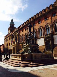 Bologna, Palazzo d'Accursio da Piazza Re Enzo, con la statua del Netruno di spalle