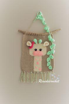mobile bébé girafe / suspension déco savane / cadeau naissance / wall hanging wool / giraffe nursery decor de la boutique Revedecrochet sur Etsy #cadeau #gift #wallhanging #savane #enfant #wallart Diy Crochet Wall Hanging, Crochet Wall Art, Crochet Wall Hangings, Tapestry Crochet, Weaving Designs, Weaving Projects, Crochet Projects, Crochet Decoration, Crochet Home Decor