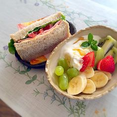 やっと朝ごはん^_^; 5時に起きたのに… - 76件のもぐもぐ - フルーツたっぷりヨーグルト&全粒粉パンのパストラミサンド… by aoituki