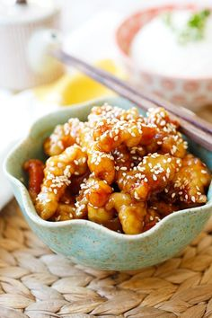 Sesame chicken with sesame sauce and sesame seeds. Homemade Chinese Food, Easy Chinese Recipes, Easy Delicious Recipes, Asian Recipes, Chicken Recipes Video, Healthy Chicken Recipes, Cooking Recipes, Batter Recipe, Good Food