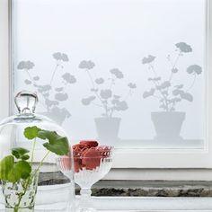 Pelargon fönsterfilm från Siluett Frost är både ett praktiskt insynsskydd och en snygg dekoration. Fönsterfilmen fäster utan lim och kan enkelt sättas upp och tas ner utan att lämna märken. Pelargon fönsterfilm säljs i storlekarna 34x98cm och 48x120cm vilka kan sättas upp bredvid varandra för önskad längd.