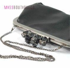 Bolsa Clutch Anéis de Caveira R$139.00 139, Wallet, Chain, My Love, Fashion, Skull Rings, Purse, Moda, Fashion Styles
