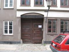 Dæmonernes Port Garage Doors, City, Outdoor Decor, Home Decor, Homemade Home Decor, Interior Design, Home Interiors, Decoration Home, Cities