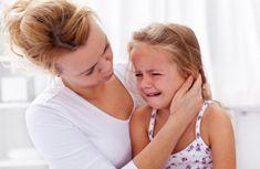 madre que consuela a su hija por apego inseguro ambivalente