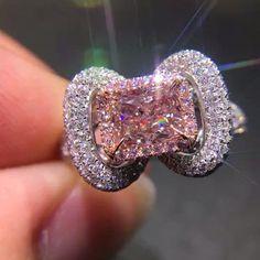 Un hermoso diamante rosa estilo vintage. Es impresionante!! Slvh