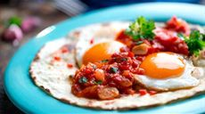 Vajcia na španielsky spôsob Hummus, Eggs, Breakfast, Ethnic Recipes, Food, Quotes, Kitchens, Red Peppers, Morning Coffee