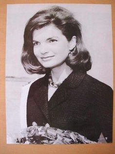 """Jacqueline Lee (Bouvier) Kennedy Onassis """"Jackie"""" (July 1929 – May She is remembered for her contributions to the arts and preservation of historic architecture, her style, elegance, and grace. She was a fashion icon; John Kennedy, Estilo Jackie Kennedy, Les Kennedy, Caroline Kennedy, Jacqueline Kennedy Onassis, Carolyn Bessette Kennedy, Jaclyn Kennedy, Jackie Jackie, Grace Kelly"""