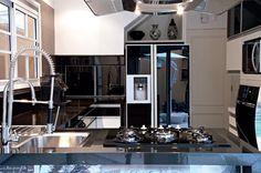 Preto: cor sofisticada para usar na cozinha Eterno sucesso, a mais elegante de todas as cores também faz bonito quando o assunto é decoração. Na cozinha, inclusive!