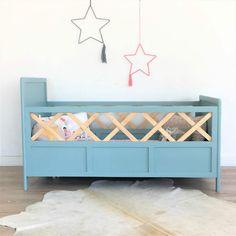 Superbe lit de bébé vintage en bois, idéal pour apporter une touche rétro chic unique à la chambre de votre enfant.