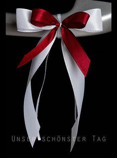 25 Autoschleifen Aus Taftbändern ( in verschiedenen Breiten ) mehrlagig gebundene Schleife. Farbe : weiß-bordeaux Größe der Schleife : ca. 8 cm breit und ca. 18 cm lang Alles in...