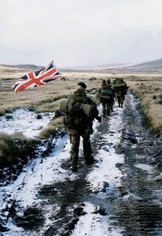 royalmilitary: Royal Marines, Falklands war - Anniversary guerra das malvinas -argentina e grã bretãnha British Royal Marines, British Armed Forces, British Soldier, British Army, Marine Commandos, Union Européenne, Rangers, Falklands War, War Photography