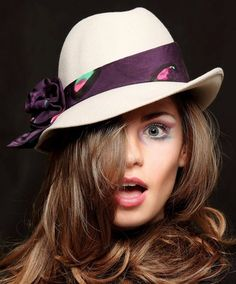 Cappello panna con cravatta viola #hat #fashion