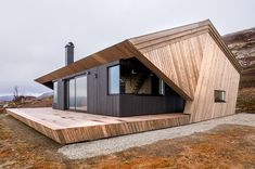 Hytte Imingfjell by Arkitektvaerelset - Felix N. - Hytte Imingfjell by Arkitektvaerelset The angled pine paneling set against the black cabin body creates a strong geometric form. Secluded Cabin, Little Cabin, Cabins In The Woods, Style At Home, Cabana, Home Fashion, Fashion Beauty, Modern Architecture, Minimalist Architecture