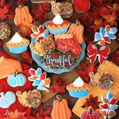 Use a Santa cutter to make decorated cornucopia sugar cookies for Thanksgiving! - a cookie decorating tutorial Royal Icing Cookies Recipe, Sugar Cookie Royal Icing, Soft Sugar Cookies, Iced Cookies, Cookies Et Biscuits, Icing Recipe, Chocolate Cookies, Halloween Cookies Decorated, Halloween Sugar Cookies