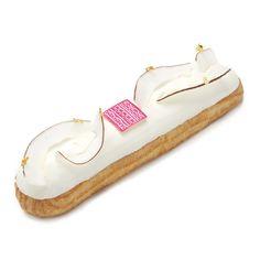 <p>Crémeux à la noix de coco, à la citronnelle et au combava, glaçage au chocolat blanc décoré de feuilles d'or et de noix de coco.</p>