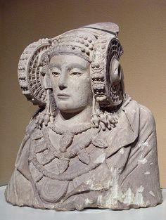"""Escultura ibérica: """"Dama de Elche"""". Realizada en piedra caliza y con restos de policromía. Es una urna cineraria de los siglos V-IV a. C."""