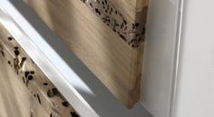 Particolare del cassetto di un comò con frontale in pregiata Briccola di Venezia