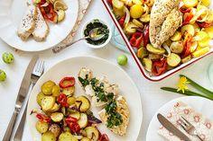 Gebakken kip met ovengroenten en kruidenolie: een perfect gerecht vanMarley Spoonvoor in het weekend. Je bakt een bonte verzameling groenten gaar en knapperig in de oven en serveert ze met een sappig kippetje. Garneer met een kruidenolie en dan: aanvallen maar! Heteluchtoven voorverwarmen op 200 graden. Paprika in de breedte in 1 cm dikke ringen …