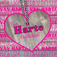 Felicitatie kaart met een groot houten hart met een roze rand. Tekst in het hart kan worden aangepast.
