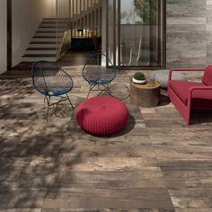 muebles rojos y suelo precioso en la terraza