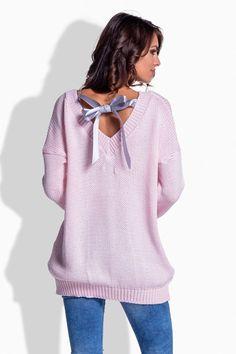 Štýlový oversize pulover s mašlou a veľkým véčkom na chrbte je model pre všetky ležérky, romantičky a možno aj rebelky?V tomto kúsku nájdeš originalitu, pohodlie a voľnosť. Pulover je úžasným spestrením tvojho voľnočasového šatníka. Je príjemný na dotyk, mäkučký askladný kdekoľvek. :-) Veľkosť je univerzálna - S-L Dodanie cca 5- 10 pracovných dní