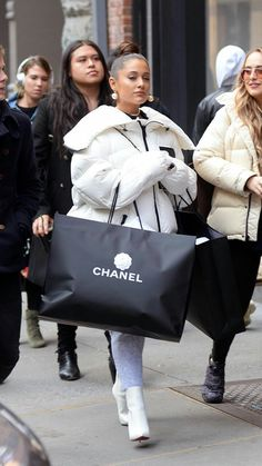 Ariana Grande Went Breakup Shopping and Basically Bought Out Chanel - Celebs Ariana Grande Photoshoot, Ariana Grande Outfits, Ariana Grande Pictures, Ariana Grande Linda, Ariana Grande Facts, Ariana Grande Wallpaper, Vetement Fashion, Paparazzi Photos, Celebs