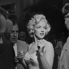 Marilyn outside Grauman's Chinese Theatre where she imprinted her hands in the cement alongside Gentlemen Prefer Blondes co-star Jane Russell. Jane Russell, Gentlemen Prefer Blondes, Divas, Viejo Hollywood, Old Hollywood, Hollywood California, Beautiful One, Beautiful People, Beautiful Ladies