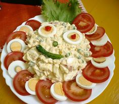Vajíčka uvaríme natvrdo a ošúpeme. 2 vajíčka ( alebo podľa potreby ) narežeme na kolieska a 2 kolieska odložíme bokom. Paradajky narežeme na… Caprese Salad, Cobb Salad, Salads, Cooking, Food, Cooking Recipes, Kitchen, Essen, Meals