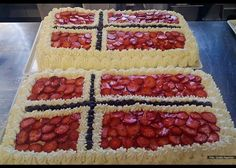National day of May we usually serve a cake like this with the Norwegian flag in berries. Norwegian Flag, Norwegian Wedding, Yummy Treats, Delicious Desserts, Dessert Recipes, Norweigan Food, Bread Cake, Recipe Boards, World Recipes