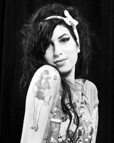 Il #tatuaggio di @amywinehouse sul braccio destro è una pin-up, disegnata da lei stessa, che in origine aveva il seno scoperto, è stato coperto in seguito