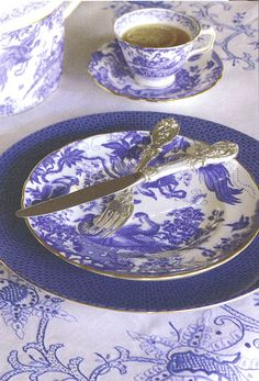 This royal blue fine china is a fabulous look for your reception place settings. Take #tea with your meal? You do now!