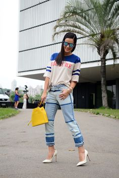 Look street style com jeans grafitado e camiseta couture bordada Animale, scarpin branco de verniz Valentino e bolsa amarela