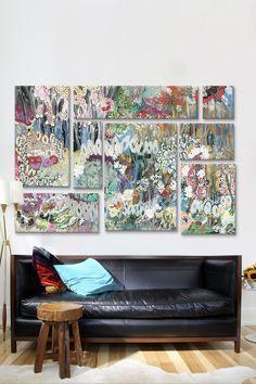 Un sofá y varias piezas de arte se complementan perfectamente