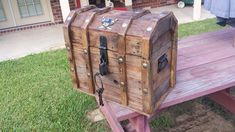 Treasure chest cooler from pallets #Cooler, #Pallets, #Recycled