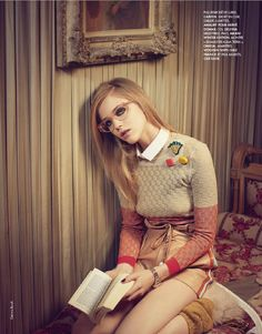 Hanna Wahmer reading in fashion. Photo by Gemma Booth. Elle France, No December London based fashion photographer Gemma Booth has been shooting professionally for. Moda Fashion, Cute Fashion, Retro Fashion, Fashion Models, Womens Fashion, Hanna, Booth, Retro Mode, France