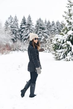 Hunter Rain Boots Outfits to recreate and inspire you ! These cute outfits with Hunter rain boots are easy to copy and I also rounded up a bunch of sale Hunter Boots Outfit, Hunter Rain Boots, Timberland Style, Timberland Fashion, Short Rain Boots, Wellies Boots, Fashionable Snow Boots, Winter Snow Boots, Riding Boots