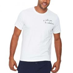 y voló por la arbolada | Camiseta blanca hombre. Un producto confeccionado y bordado de forma artesanal, con un acabado y una terminación hecha a mano. #iconeta #tshirt #camiseta #moda #fashion