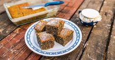 Mennyei Bögrés mákos sütemény recept! Ez az igazi házias, nagymama féle bögrés-mákos süti recept! Nagyon könnyen elkészíthető, mint az összes bögrés süti. Mi nagyon szeretjük! ;) 2,5 dl-nek számolj egy bögrét!