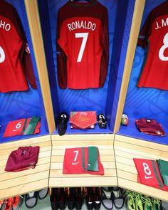 uefaeuro Inside the dressing room. Psg, Football Dress, Portugal Soccer, Uefa Euro 2016, European Cup, World Football, European Championships, Ac Milan, Sports Pictures