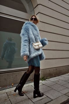 Into the blue: blaue Fake Fur Jacke und blaues Strickkleid