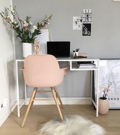 Coin bureau cosy avec un mur peint en gris perle, un fauteuil rose tendre et des fleurs pour le côté nature.