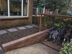 Voortuin met fietsenberging, Schiedam. Ontwerp en fotografie - buitenskamers tuinontwerpen