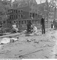 Slachtofferhulp na Duits bombardement van 11 mei op de hoek Blauwburgwal/Herengracht, Amsterdam From the collection: Clandestine Photography during the German Occupation. Date of creation: 11 mei 1940 Army History, I Amsterdam, German Army, Luftwaffe, Asd, World War Two, Rotterdam, Old Pictures, Troops