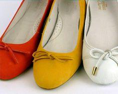 Sapatilhas, drivers e slippers coloridos e estampados dão vida à nova coleção Samello