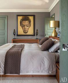 """Фрагмент спальни хозяев. Мебель из ореха, """"Поверхности и Предметы"""". Свет, Vibia. На полу ковролин, Carpet House."""
